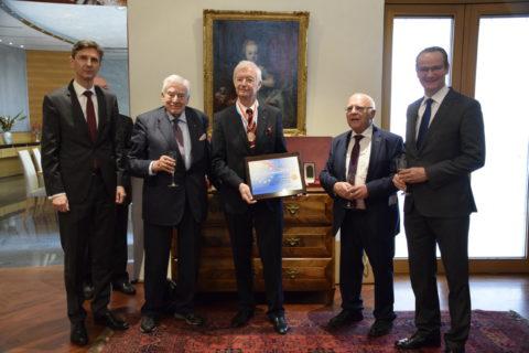 AUSLANDSÖSTERREICHER-WELTBUND-Präsident Dr. Em mit Mérite Européen ausgezeichnet